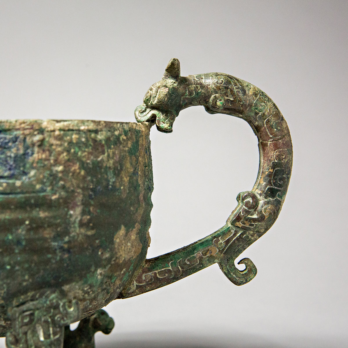 A comparison of two chinese bronze vessels from the shang and eastern zhou periods